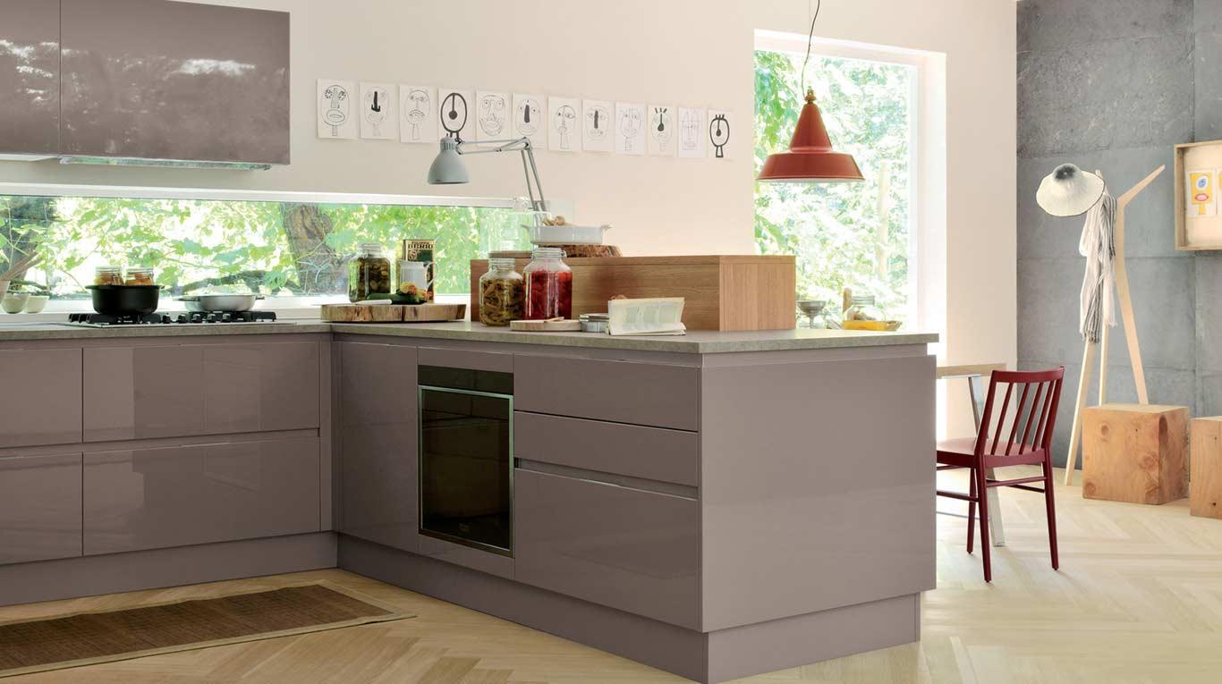 Veneta Cucine - Kitchens - Essence - Extra GO - Laccato Lucido Marron Visone 680, Rovere Miele 788
